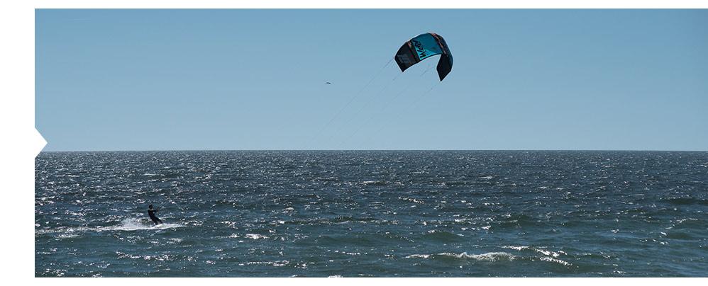 Uma das maiores vantagens do Barlavento Algarvio são as excelentes condições para a prática de atividades náuticas baseadas no vento como a vela ou windsurf ou que as que tiram partido da conjugação do vento com as ondas, como é o caso do kitesurf.