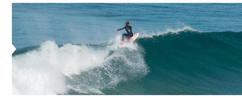 A configuração da costa e a dinâmica oceanográfica proporcionam um dos melhores hotspots de surf do mundo.